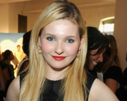 "Abigail Breslin Says Ender's Game Movie Stays ""True to the Book"""