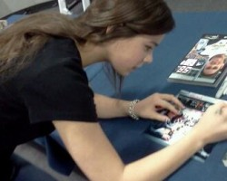PHOTOS: Hailee Steinfeld Signs Books and Photos for 'Ender's Game' Fans